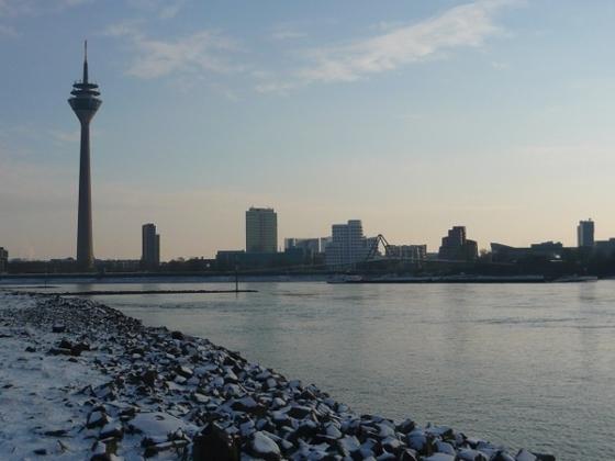 Blick vom winterlichen Rheinknie auf Düsseldorf