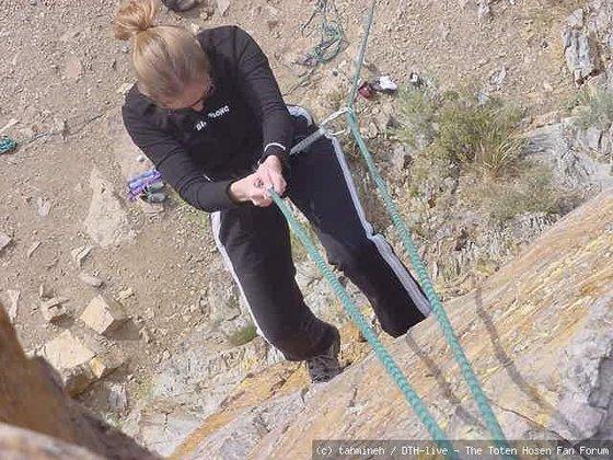 Tamineh beim rock climbing
